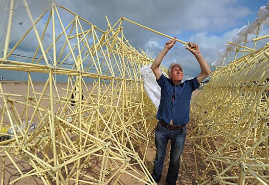 theo-jansen-mechanical-sculpture-strandbeest-4_2FBm7_11446